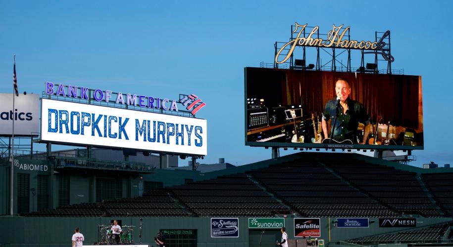 I-ai vazut vreodata pe Dropkick Murphys cantand pe un stadion gol?
