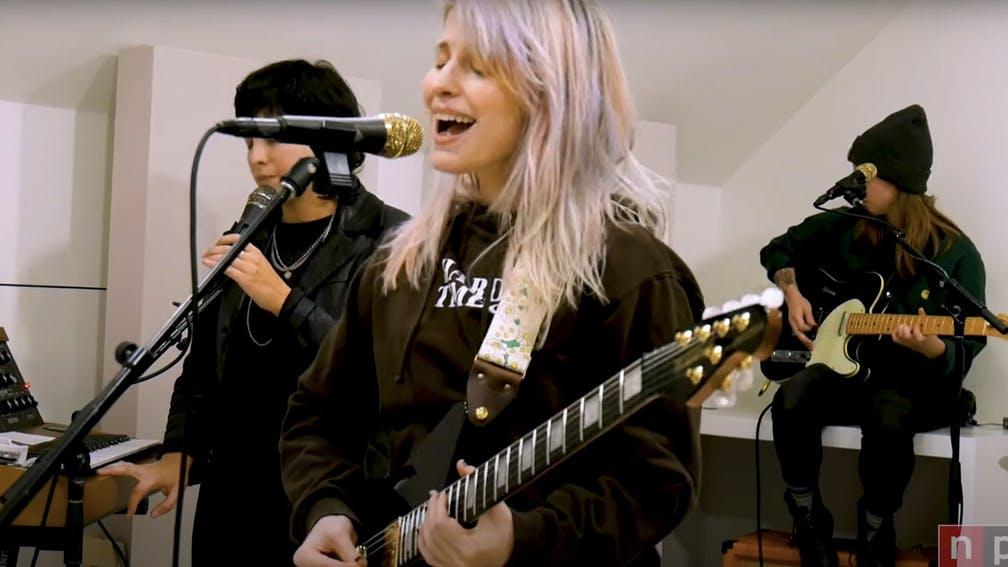 """""""Nu am mai făcut niciodată asta fără Paramore"""" Vezi artista Watch Hayley Live At NPR's Tiny Desk (Home) Concert"""
