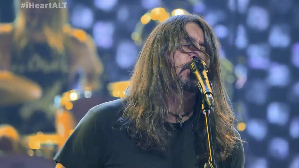 Vezi trupa Foo Fighters interpretand Everlong la iHeartRadio ALTer EGO
