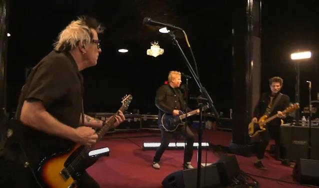Trupa The Offspring interpretează live piesa 'Let The Bad Times Roll'