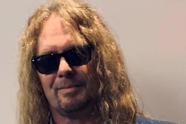 Legendarul chitarist JOHN SYKES lansează clipul pentru piesa 'Out Alive'