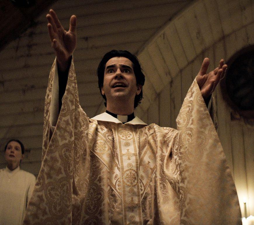 Trailerul Midnight Mass a lui Mike Flanagan îți aduce în față miracole, nebunie și frică