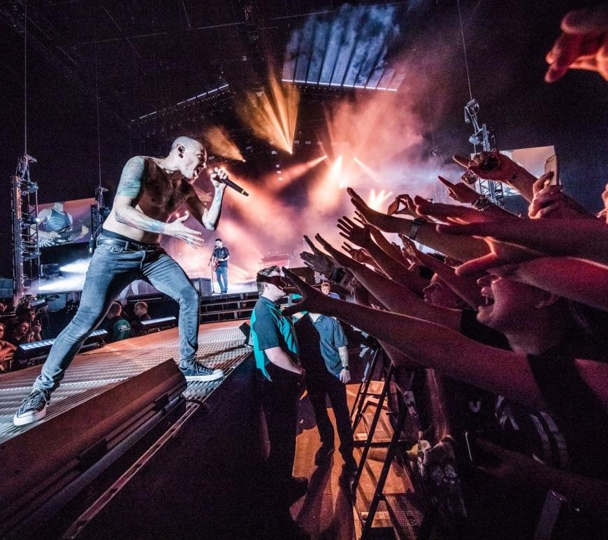 """Vezi o interpretare live explozivă a piesei """"In the End"""" de la Linkin Park din anul 2001"""